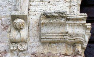 Portale d'ingresso, imposta dell'arco (XIII secolo)